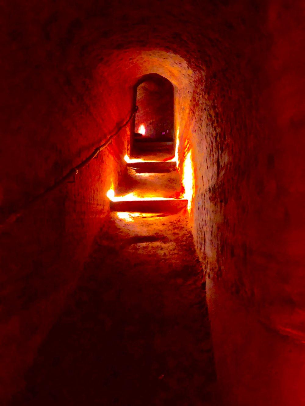 Treppe zu einer höheren Ebene der Schlossberghöhlen. Abstrakt bearbeitet mit starker Erhöhung der Wärme, Sättigung und Brillanz