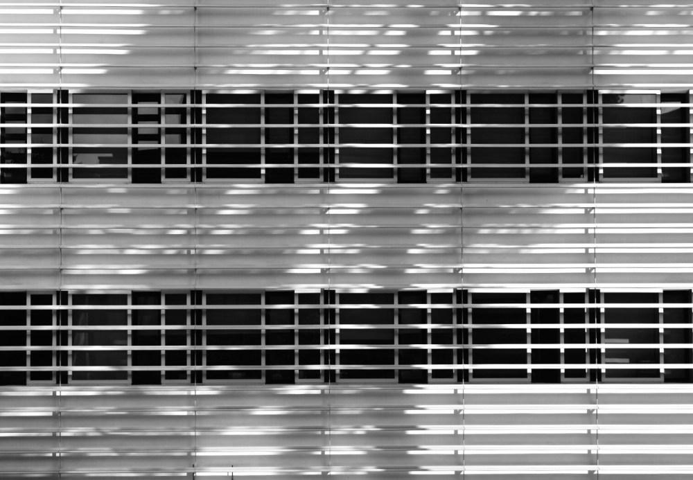 Schwarz weiß Fassade mit Fenstern