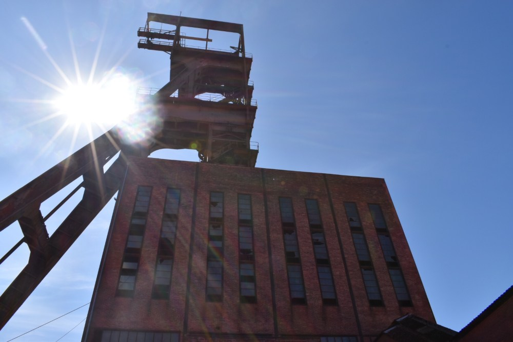 Sonnenstrahlen über dem Förderturm im Parc Explor Wendel