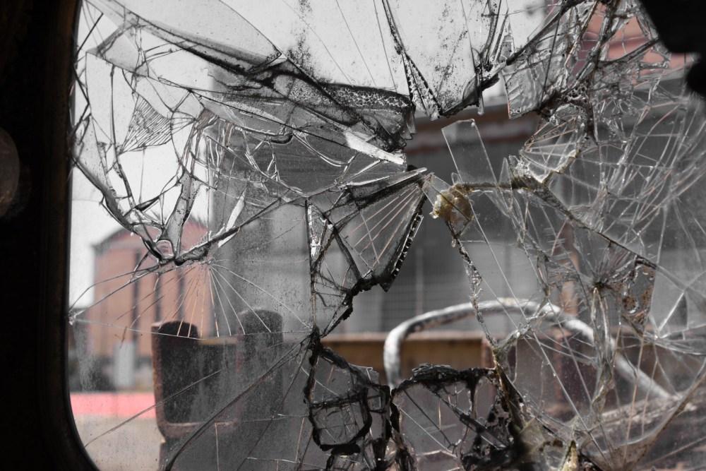 Blick durch ein zersprungenes Glas