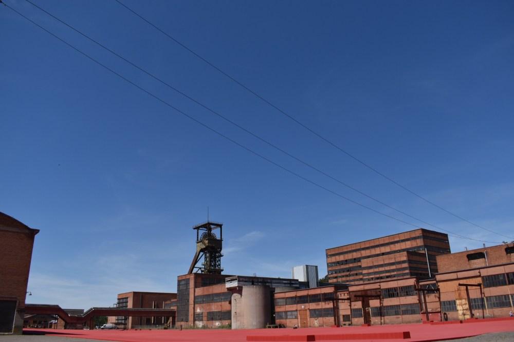 Rotes Gelände des Bergwerks mit den dazugehörigen Gebäuden im Parc Explor Wendel