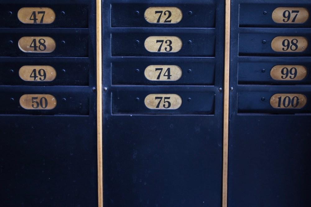 Blaue Fächer mit Nummern