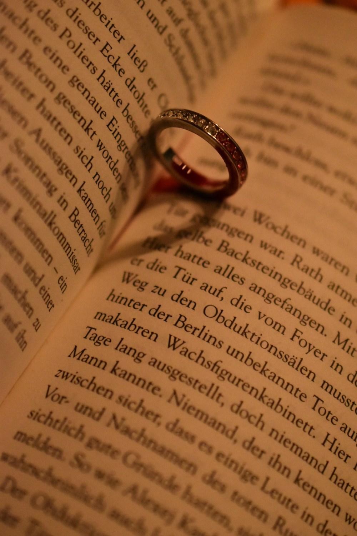 Blutiger Ring auf dem Buch im gelblichen Licht