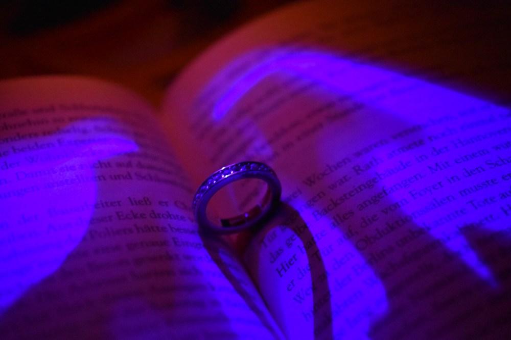 Krimi im dunklen Licht mit Herzschatten von einem Ring