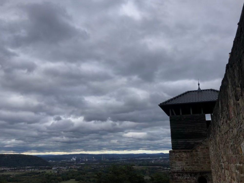 Landschaft neben der Teufelsburg bei bewölktem Himmel