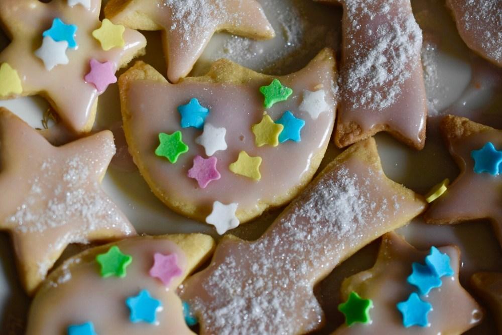 Weihnachtsplätzchen mit glänzendem Zuckerguss