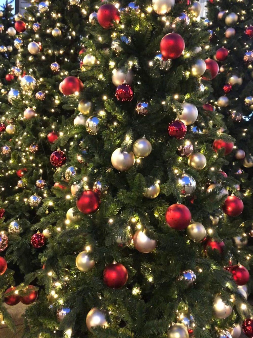 Viele rote und goldene Weihnachtskugel