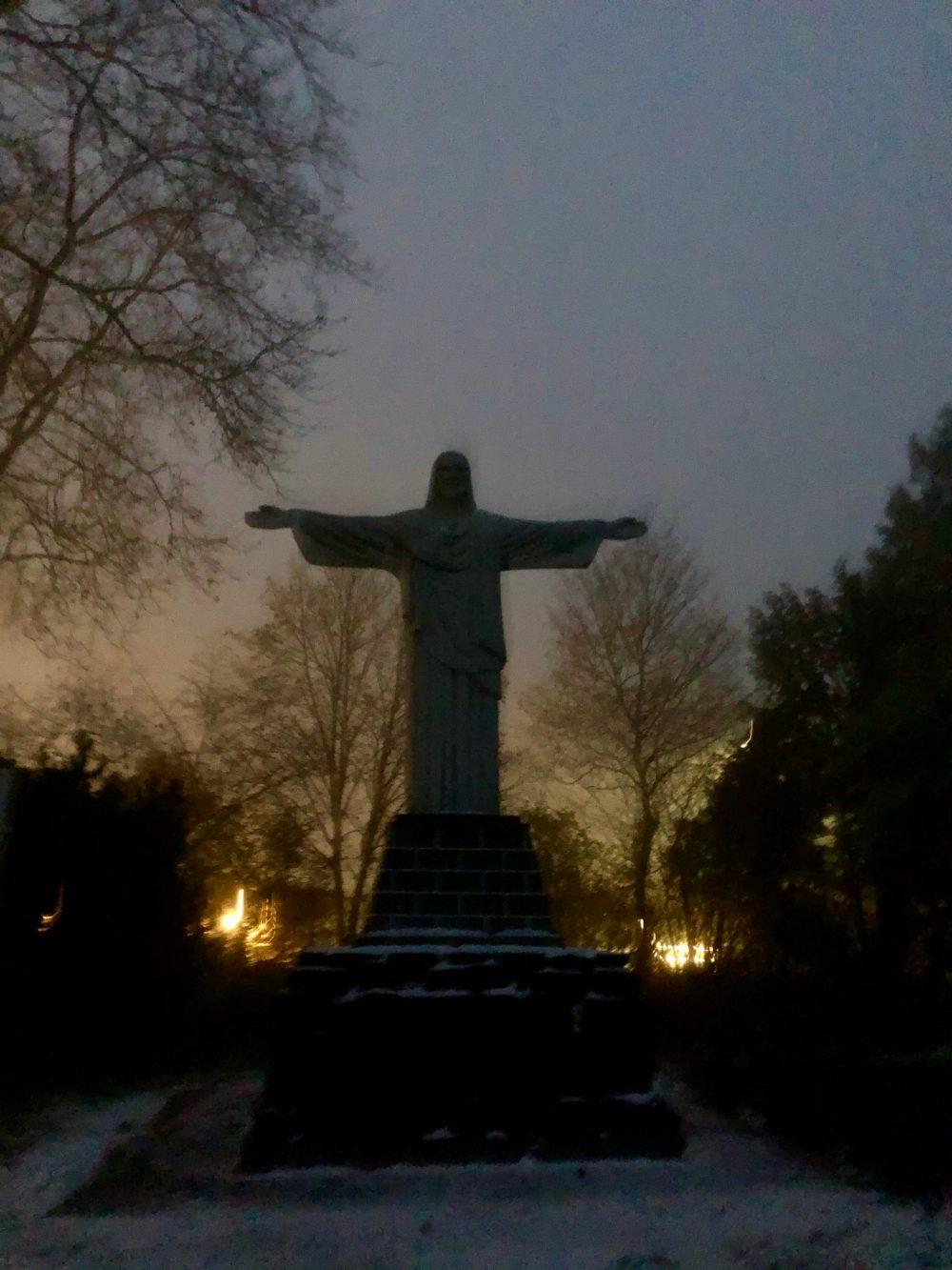 Christus Statue von vorne fotografiert