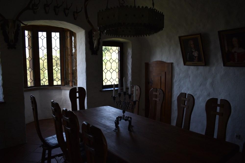 Mittelalterliche Tafel im dunklen Raum