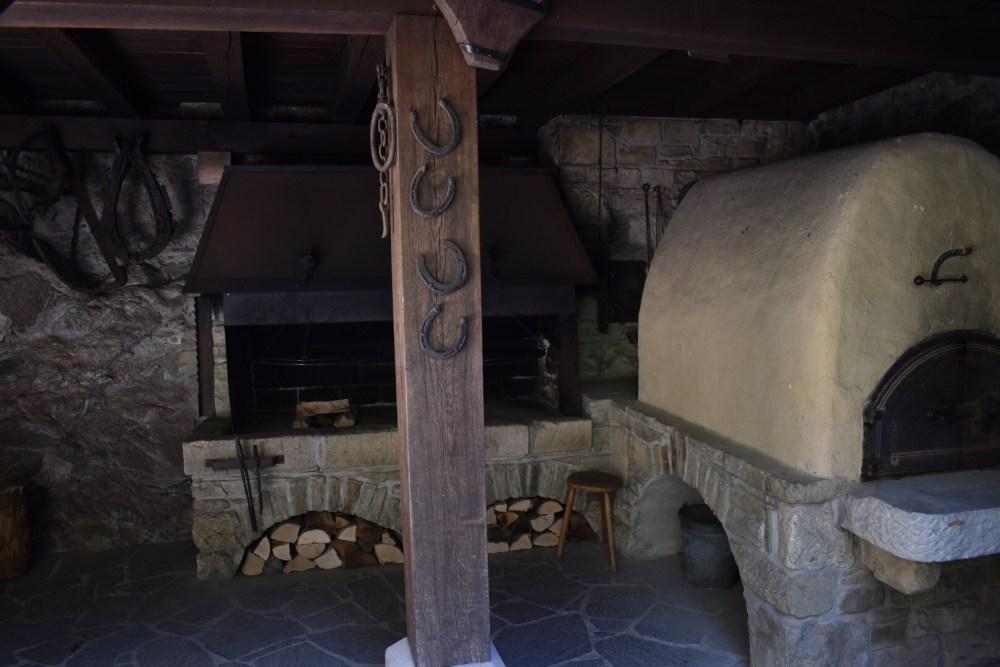Hufeisen vor einem Ofen im Schlosshof