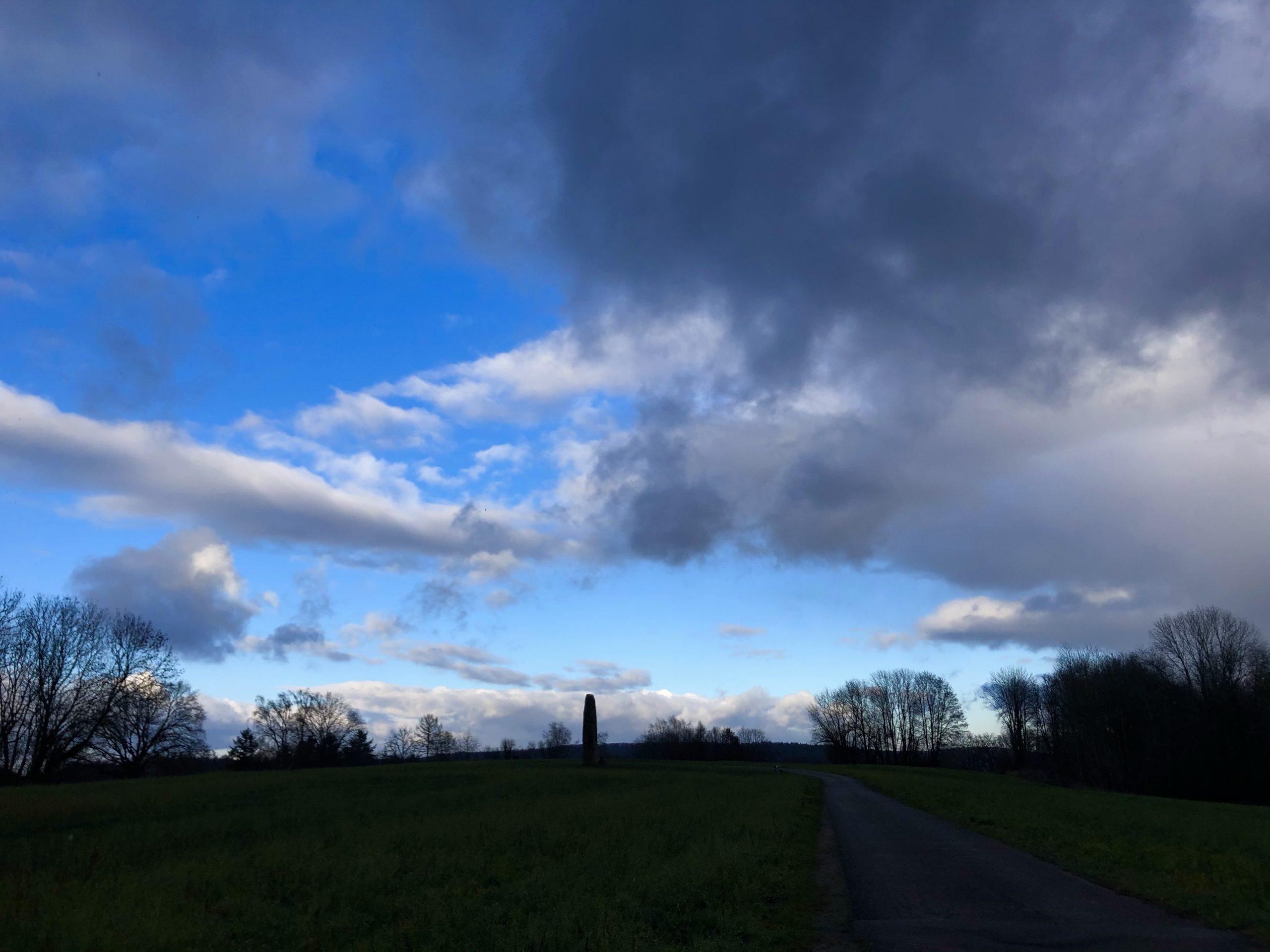 Gollenstein unter blauem Himmel