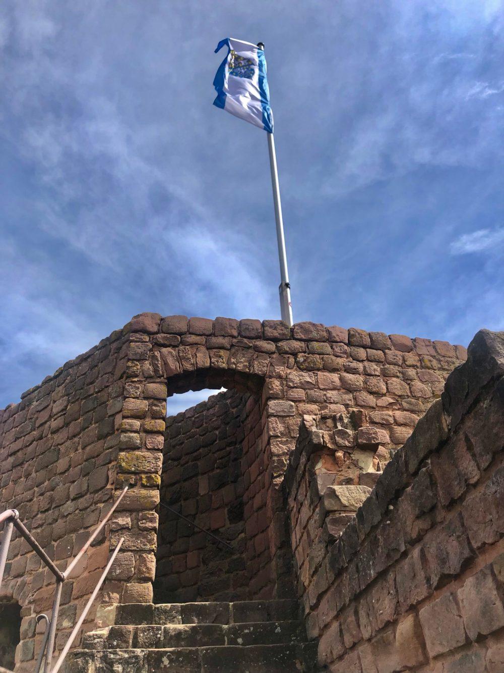 Flagge mit dem Wappen von Neuleiningen auf der Burg