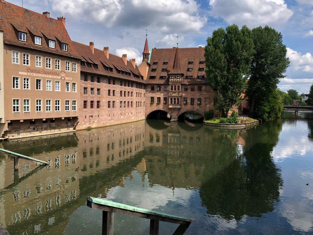 Alte Gebäude spiegeln sich in der Pegnitz
