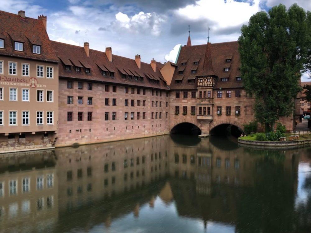 Spiegelung der Häuserreiher in der Nürnberger Altstadt im Fluss (Langzeitbelichtung)