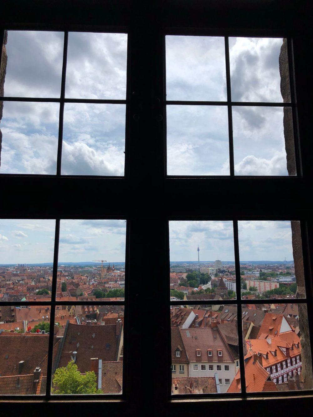 Blick durchs Fenster der Burg auf die Stadt