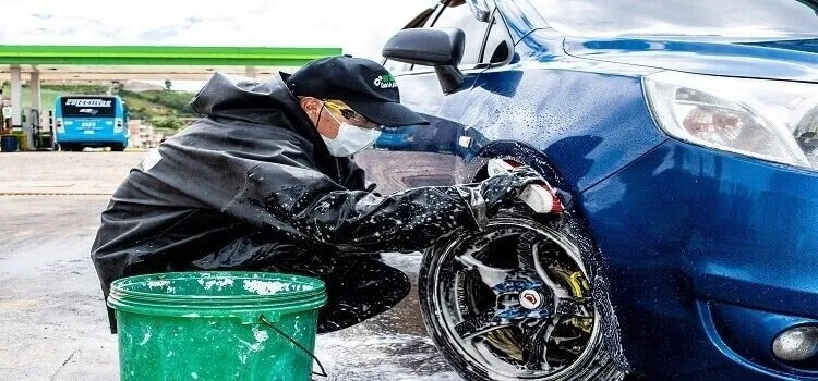 can you use a pressure washer on a car