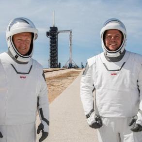 SpaceX vyšle v týdnu do vesmíru své první astronauty, připravila pro ně speciální kombinézy