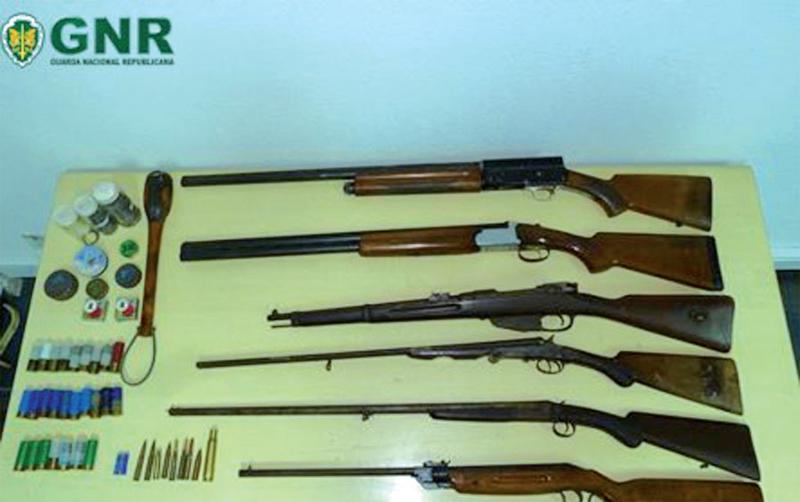 Detido por violência doméstica com arma proibida