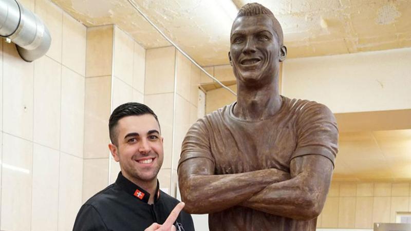 Chocolateiro vareiro construiu escultura de Cristiano Ronaldo em tamanho real
