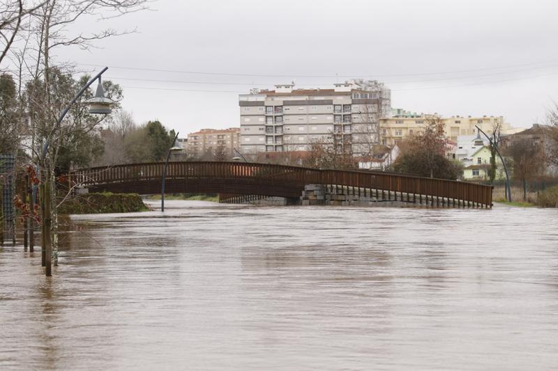 Mar invadiu a marginal… Rio Cáster transbordou e provocou inundações