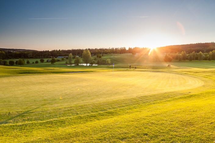 Blick vom 8. Grün mit Sonnenuntergang im Golfclub Praforst