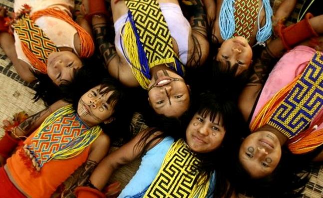 Meninas indigenas aldeia Karaja