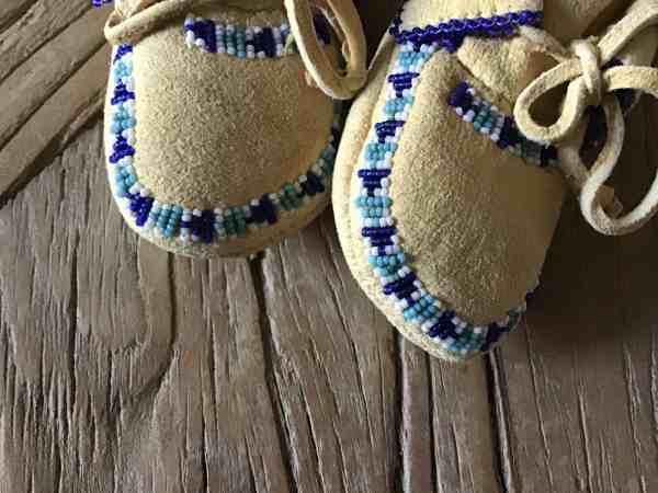 , Baby Moccasins mit zweifarbig blauen Glasperlen