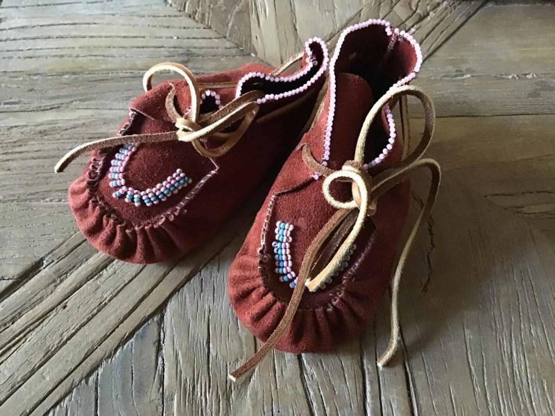 , Baby Moccasins aus rotem Leder mit Glasperlen