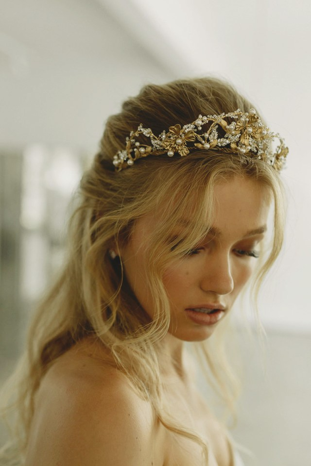 27 delicate and beautiful wedding day hair accessories to
