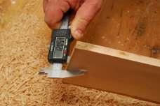 Kontrola hrúbky je dôležitá, aby kolíčky pasovali do plánovaného priemeru otvorov.