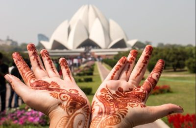 Durante a viagem visitamos o Lotus Temple em Nova Delhi, que pertence à religião Bahai, e é aberto para visitantes de qualquer crença visitarem, meditarem e fazerem suas preces em silêncio. Tivemos um lindo momento de contemplação e introspecção. Na foto vemos as mãos de uma das participantes com a típica pintura de henna.