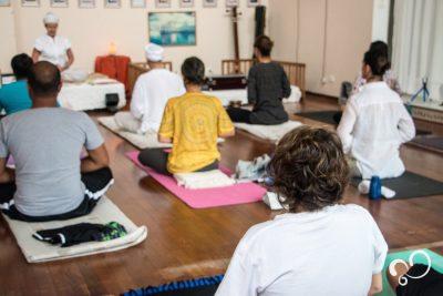Participantes do retiro no Prana Prana Meditando na sala de práticas.