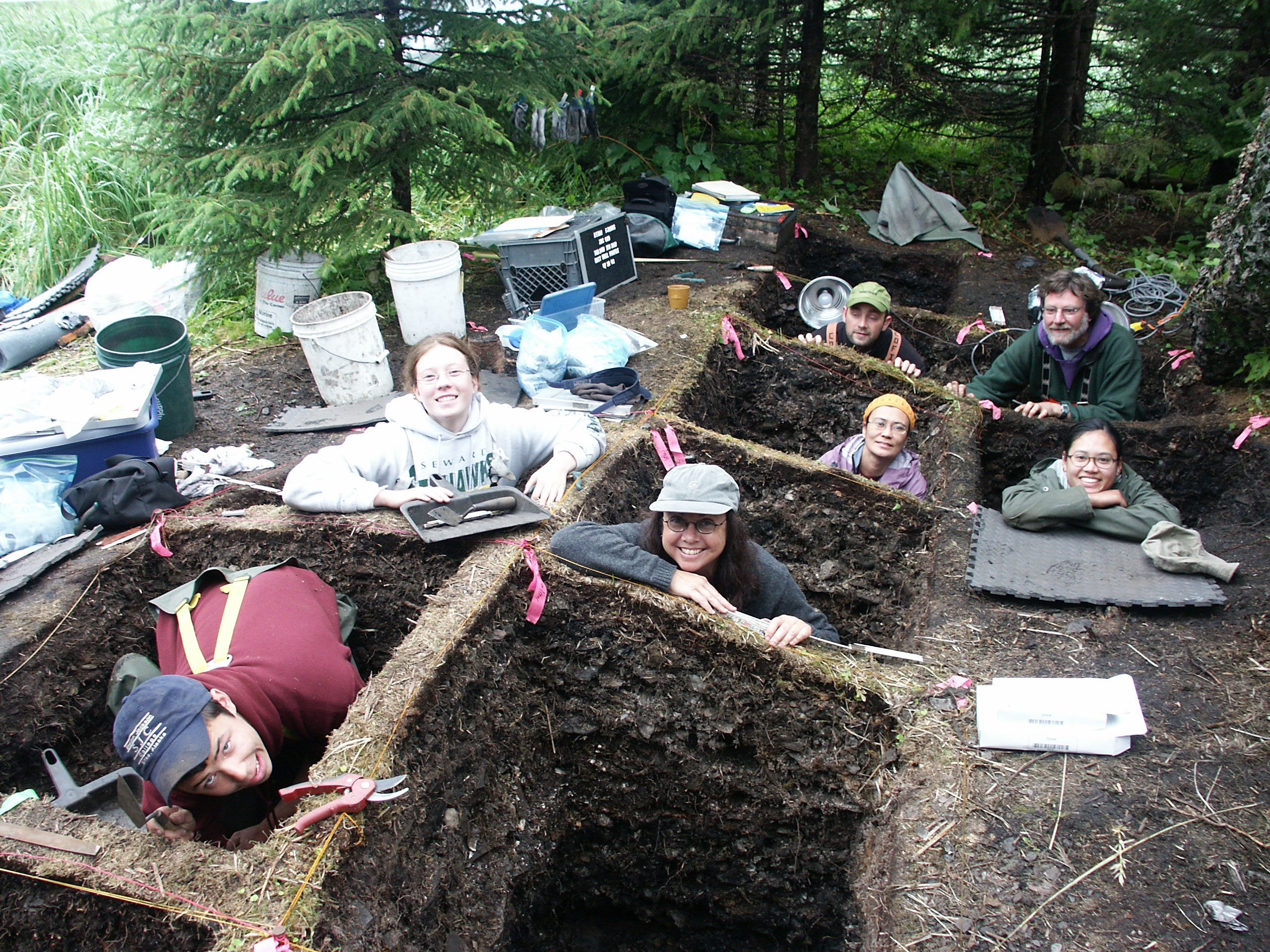 Interns_in_archaeological_pits