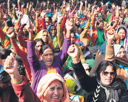 Kind attn.------- Only for Hindi and Punjabi Tribune---- All India Anganwadi workers raise slogans durion a demonstration demanding pension, increasing their salary and other verious demands at Jantar Mantar in New Delhi on Tuesday.Tribune photo:Manas Ranjan Bhui