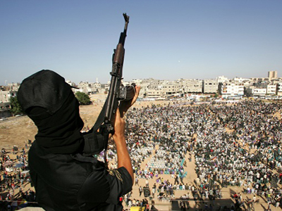 A masked Palestinian militant holds up a rifle during an anti-Israel rally organized by the Islamic Jihad movement in the northern Gaza Strip October 26, 2007. REUTERS/Ismail Zaydah (GAZA)