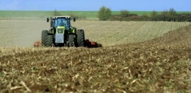Zemjodelsko zemjiste traktor