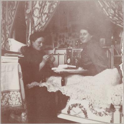 В спальне Государыни. С Анной Вырубовой. 1913 год