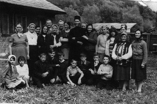 Отец Иустин в селе Петру Водэ в окружении своей семьи и верующих, ок. 1970 г.
