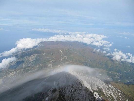 Облако и радуга над одной из вершин Афона
