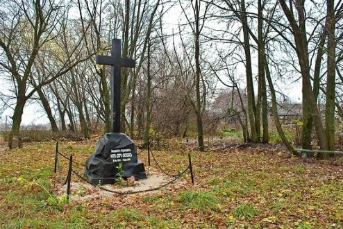 Памятник на месте уничтоженной большевиками могилы Владимира Фёдоровича фон дер Лауница, Каргашино