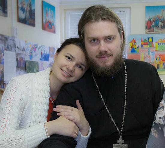 Свештеник Сергије Бјелобородов са попадијом