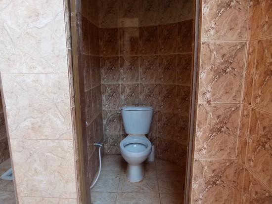 Banheiro sem porta e sem descarga