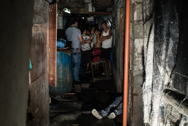 A body lies in a Manila slum. Photograph: Patrick Tombola