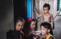 WANNA HAVE LOVE?! AUSWIRKUNGEN DES SEXTOURISMUS AUF DEN PHILIPPINEN Auf den Philippinen wachsen tausende Kinder ohne Vater auf. Die Väter leben in Europa, Australien oder Amerika. Neben der Suche nach Identität, kämpfen sie gegen die Stigmatisierung Kinder von Prosituierten zu sein.   Divine ist ein Jahr alt. Ihr Vater ist Australier. Ihre Mutter Linalyn hat ihn im Internet kennen gelernt. Divine schaut zu, wie Nachbarskinder zusammen spielen und essen. (Foto: Hagemann / Finger)