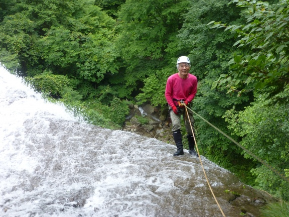 Enjoying rappeling down the big waterfall slabs 簑谷大滝