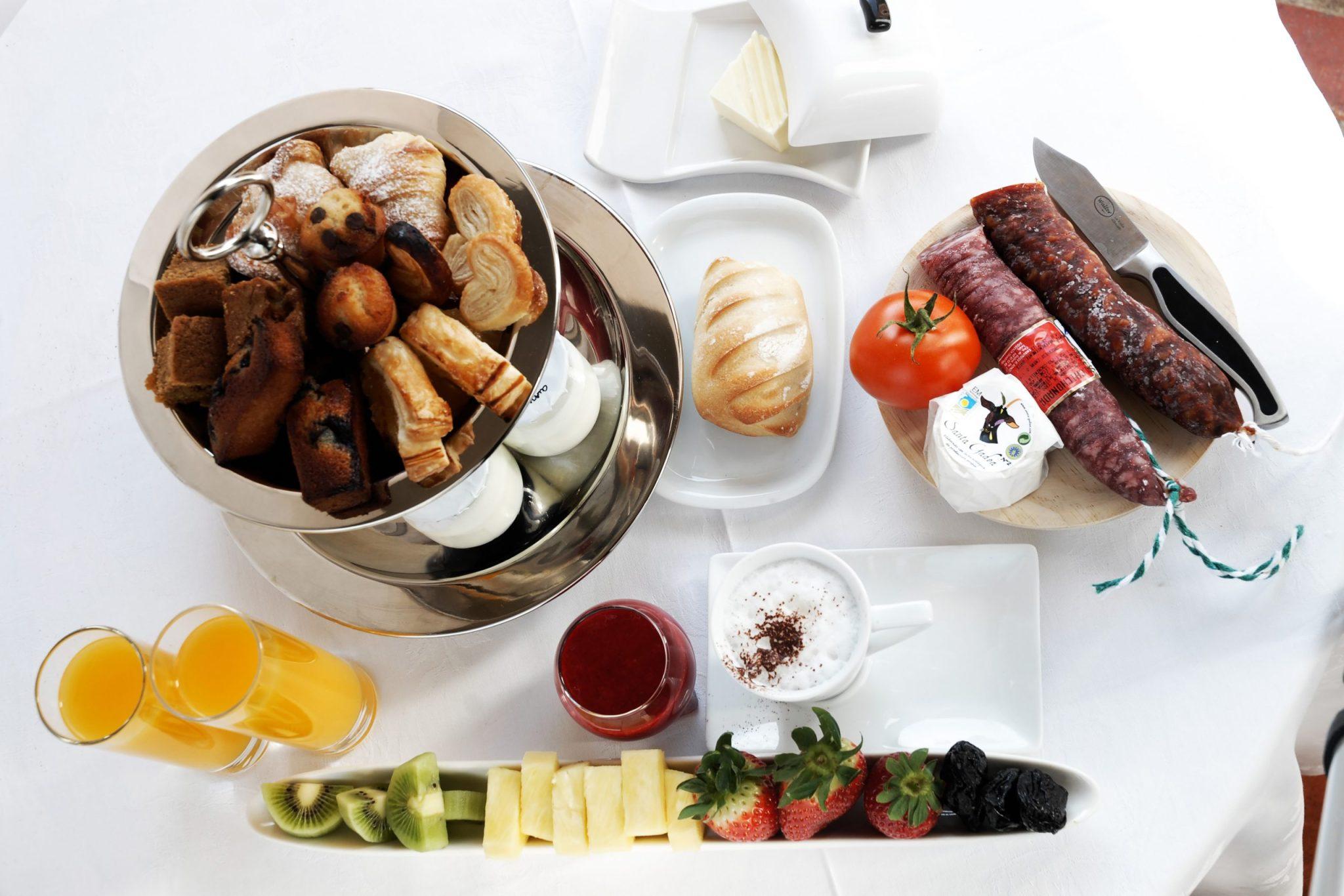 Molino-de-Alcuneza-RelaisChateaux_Restaurante_desayunos-del-molino-de-alcuneza-con-zumos-naturales-yogures-artesanos-3-scaled.jpg
