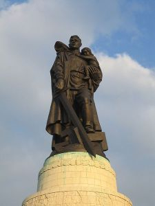 450px-Soviet_Cenotaph_Berlin_Treptower_Park