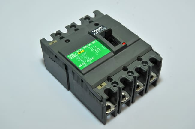 4P CIRCUIT BREAKERS MOULDED