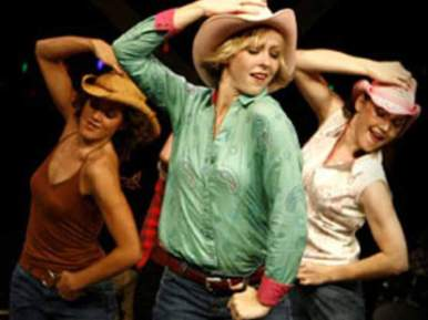 La country est la « danse paysanne ». Elle se danse à quatre, six ou huit danseurs, voir d'avantage. Si les figures sont précises, les pas sont souvent laissés à la fantaisie du danseur.