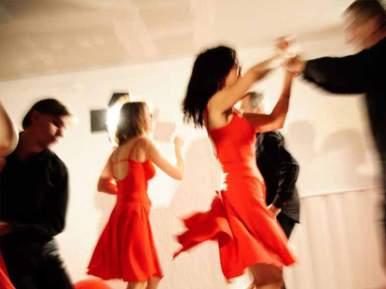 La salsa respecte des pas de base. Venant tout droit de Cuba, elle attire de plus en plus de personnes. Dans la salsa, on joue avec son partenaire comme en rock. De plus, le rythme dynamique et riche fait beaucoup d'adeptes.